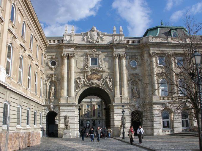 美術館や博物館が入る「王宮」