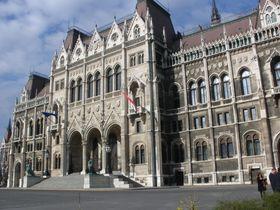 会議に集中できる?絢爛豪華なブダペストの国会議事堂!王冠も必見