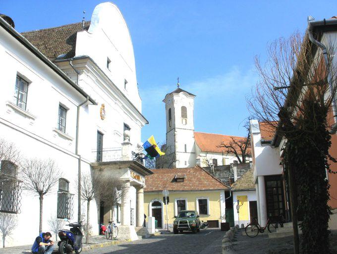 中心地は中央広場(フェー広場)と丘の上の教会