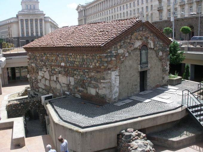 屋根だけが地表に!「聖ペトカ地下教会」