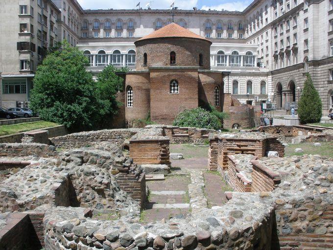 ローマ時代の遺跡が背後に広がる「聖ゲオルギ教会」