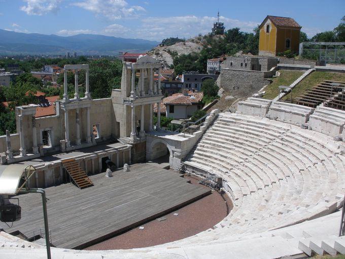 旧市街の断崖上にあるのはローマの劇場跡