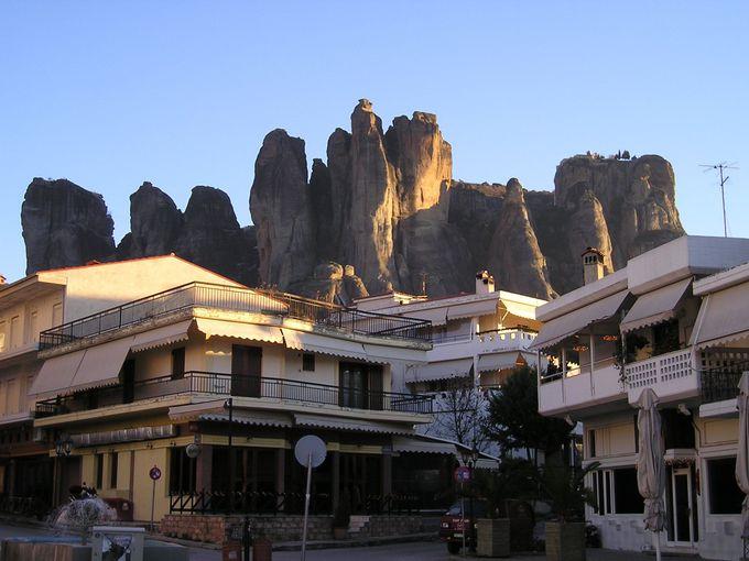 観光の起点となる町「カランバカ」の背後に迫る奇岩群