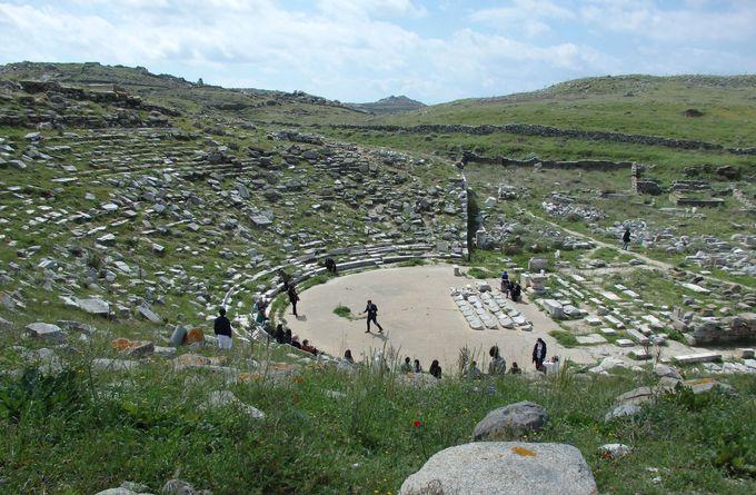 大邸宅跡群の奥にある大規模な貯水システムと古代劇場跡