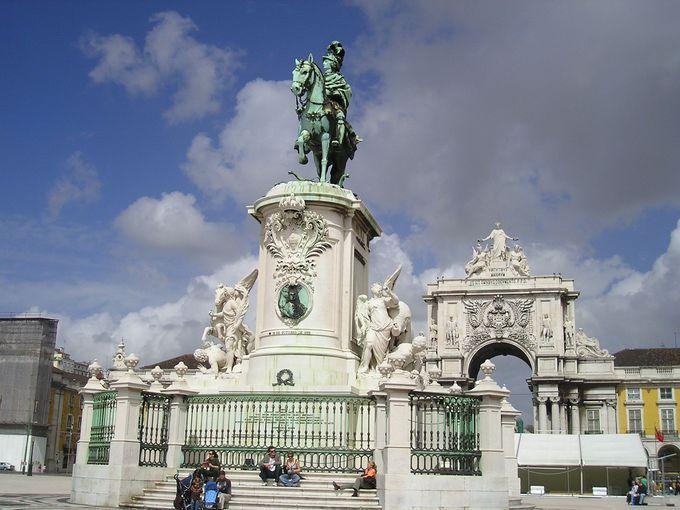 バイシャ地区のモニュメントが中央を飾る広場3選
