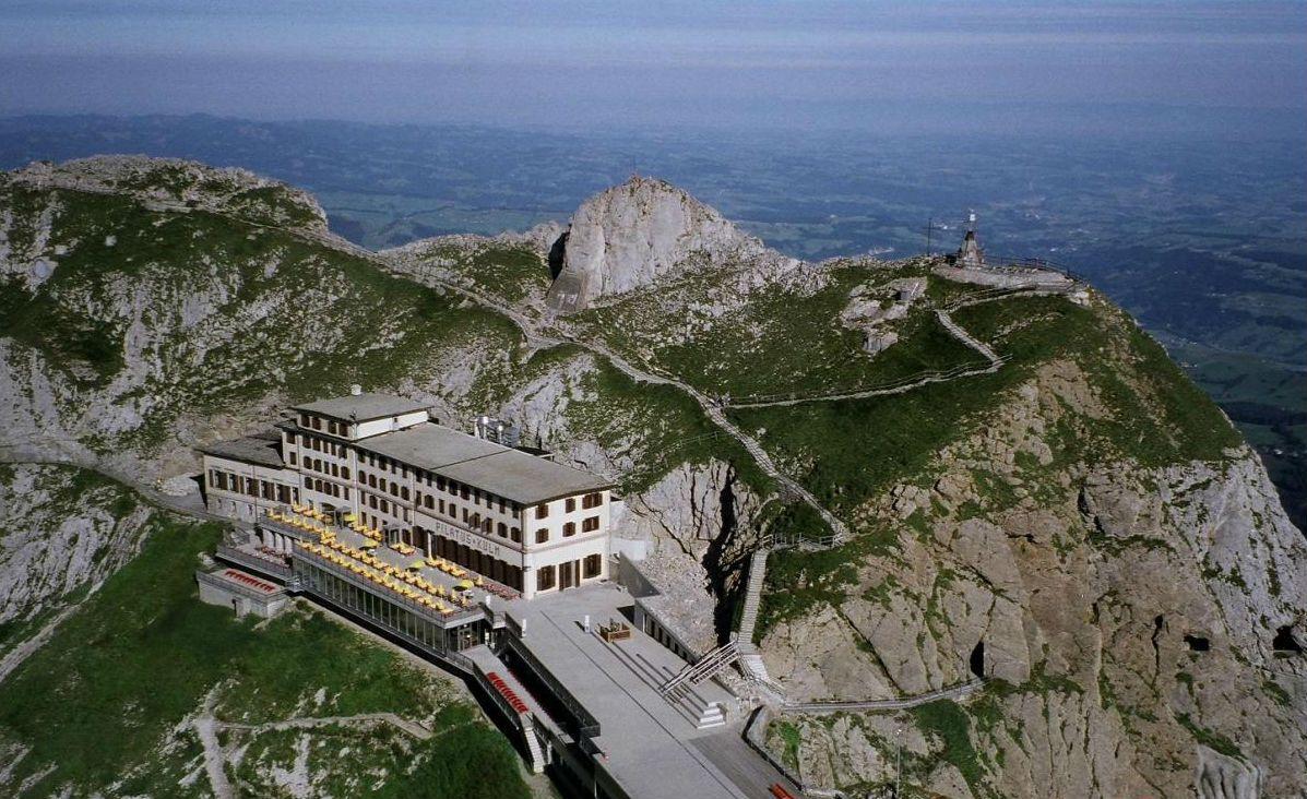伝説のピラトゥス山頂へは世界一急勾配を誇る登山鉄道で