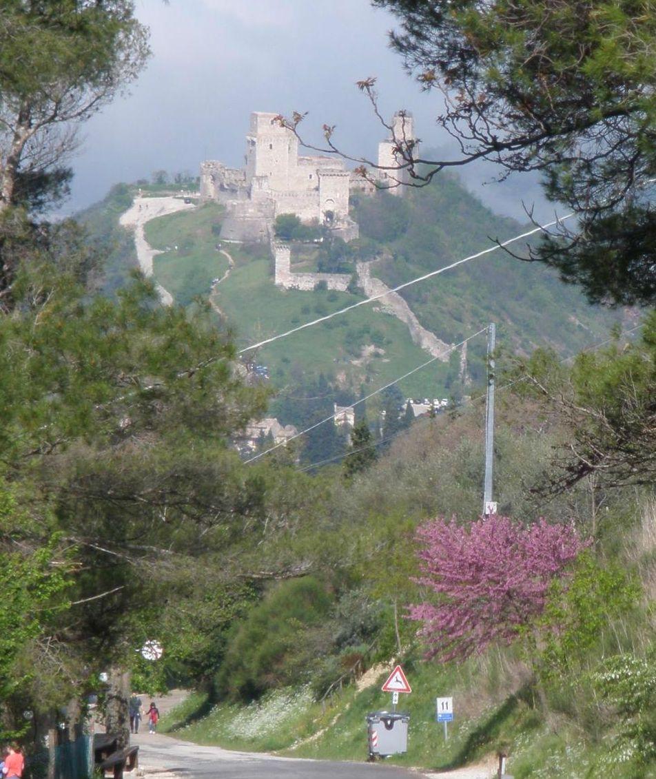 大城塞が見渡すアッシジの町からハイキングで