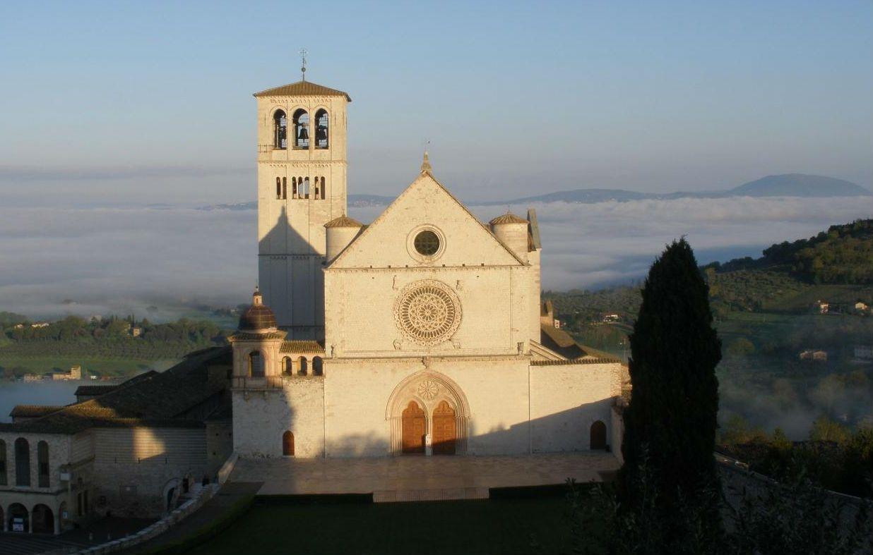 オリーブ畑が囲むアッシジのサン・フランチェスコ聖堂