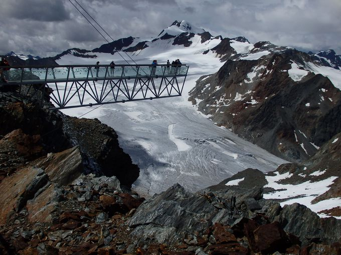 氷河に突き出した展望台「ティーフェンバッハコーゲル」