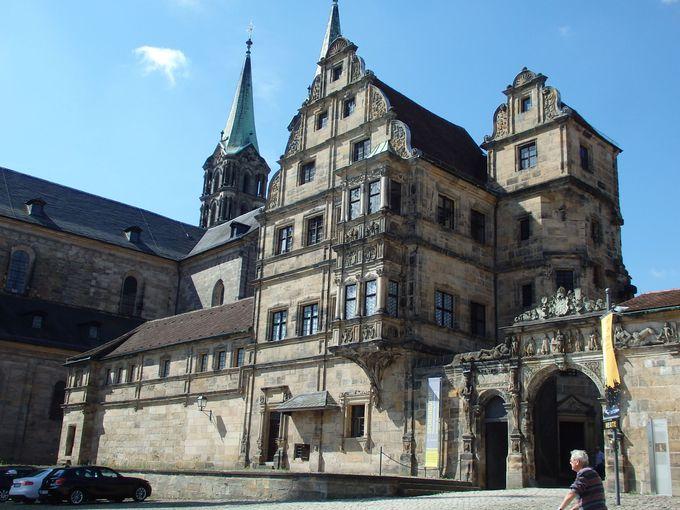 ドゥオーモ広場に面して隣接する旧宮殿とドゥオーモ