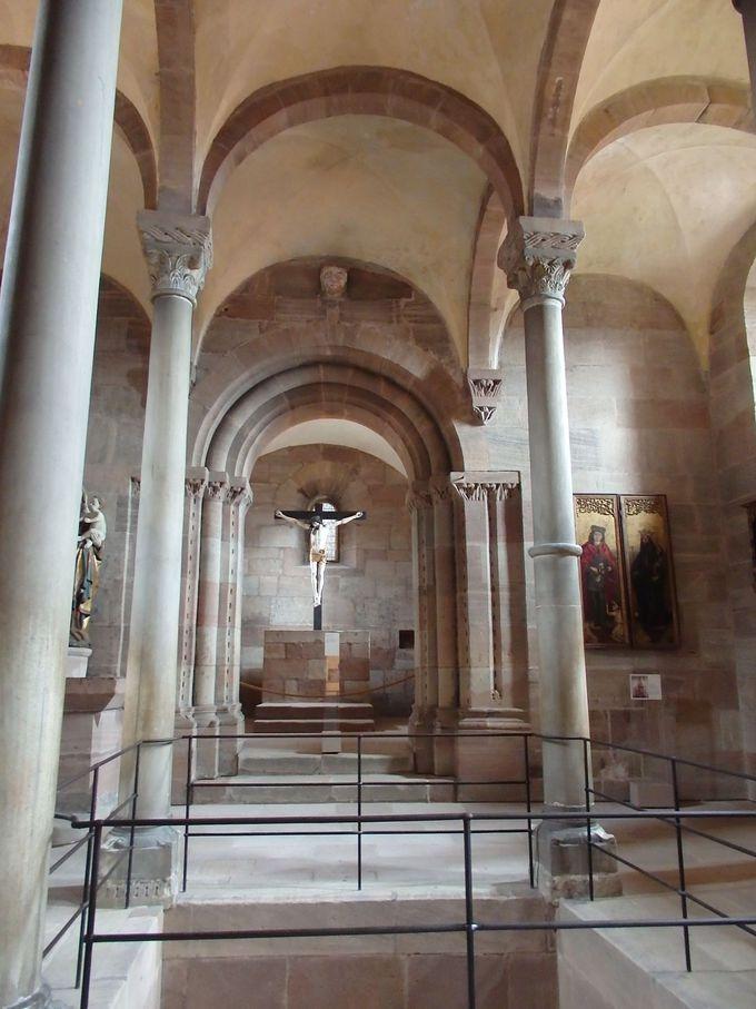 見所は深井戸と二重構造の礼拝堂