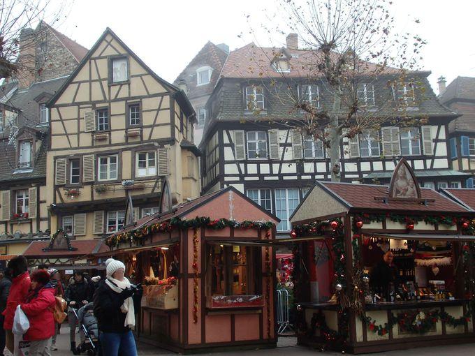 クリスマスマーケットの屋台が建ち並ぶ広場