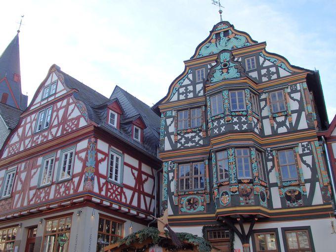 豪華な木彫り彫刻のある木組みが建ち並ぶイトシュタイン