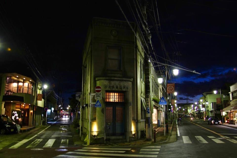 夕闇に怪しく佇む銀行跡の洋建築。
