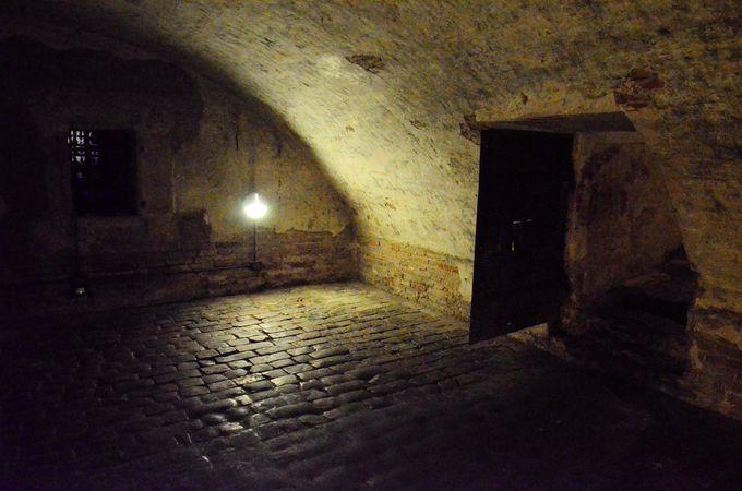 「城 地下牢」の画像検索結果
