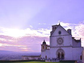 イタリア「アッシジ」巡礼の町で夕暮れ時の美しい風景に出会おう!
