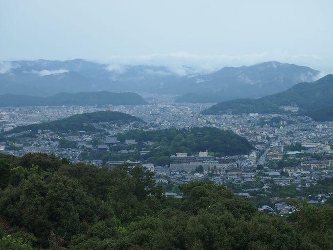 まずは、2014年秋オープンした新スポット「将軍塚青龍殿」へ。紅葉は11月中旬から
