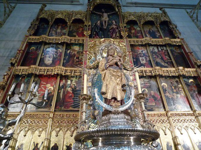 観光客が足元まで行ける「中央祭壇」
