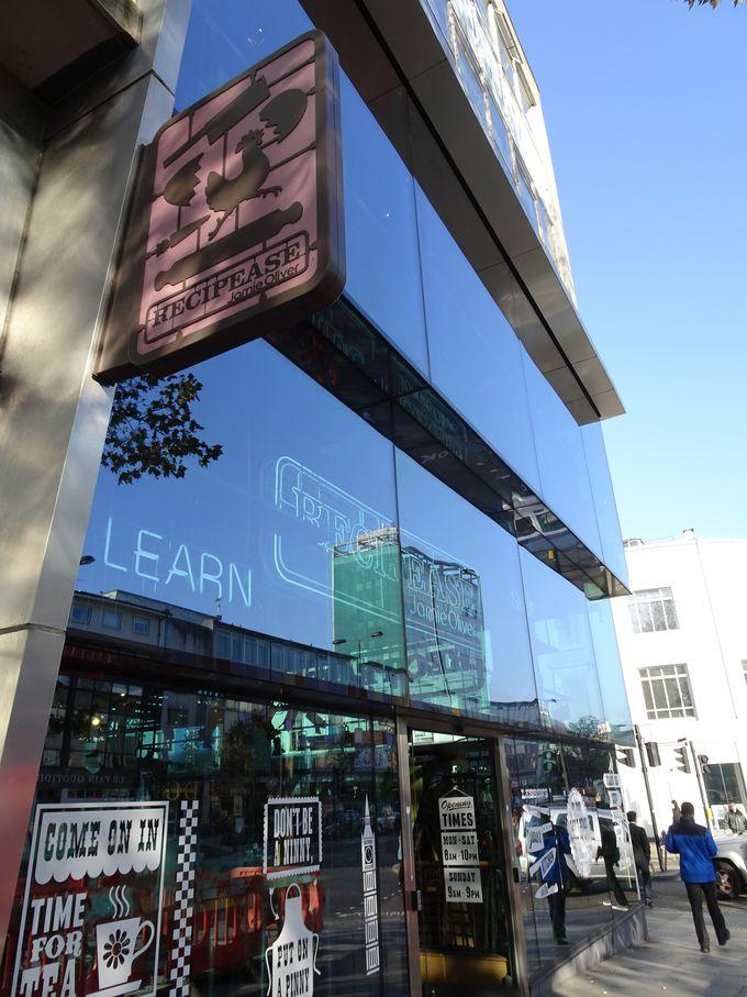 ガラス張りのわかりやすいビルが店舗