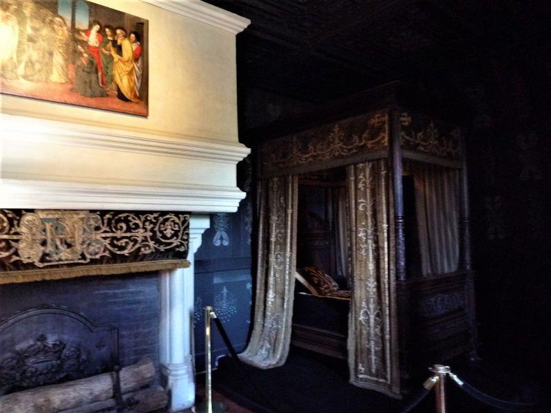 """仏「シュノンソー城」生涯喪服で過ごした""""白衣の王妃""""の黒い部屋が凄い!"""