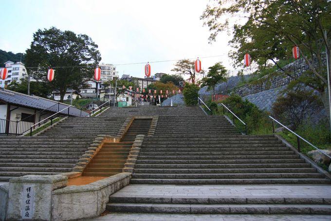 温泉街の真ん中を貫く、365段の石段