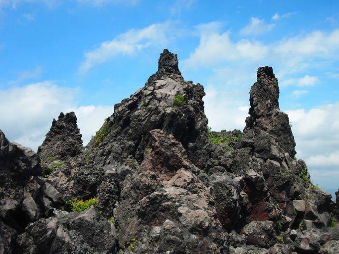 青空に映える、約250年前の噴火でできた溶岩