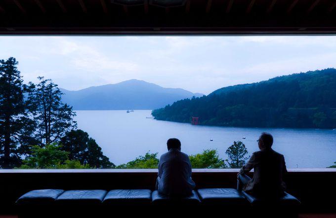 窓外に広がる景勝もアート!「箱根・芦ノ湖 成川美術館」