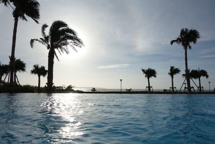 アウトドアプールのインフィニティが感動!「ホテル オリオン モトブ リゾート&スパ」海と一つになる!