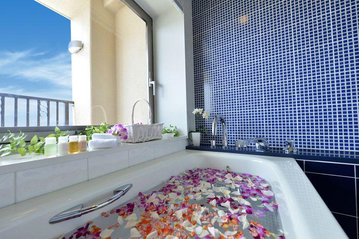 沖縄感ある広々した華やかな室内と、天然温泉のベイビュースパで癒される!