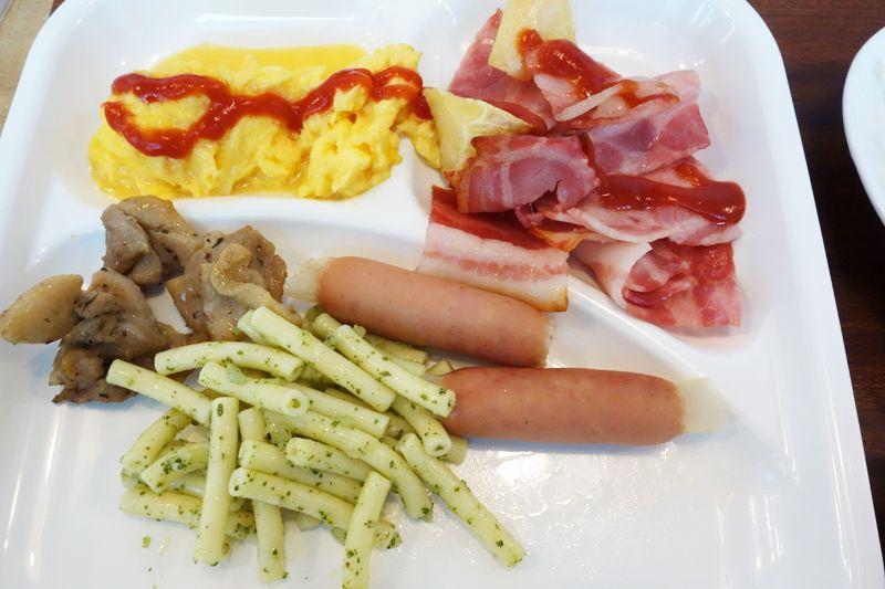 朝食はバイキングで、新鮮な食材と自家製パンが美味しい!