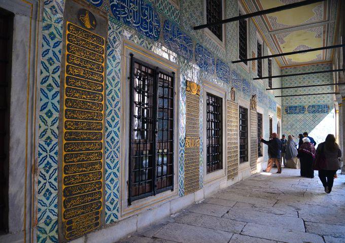 宗教と民族の攻防の地に建つ宮殿