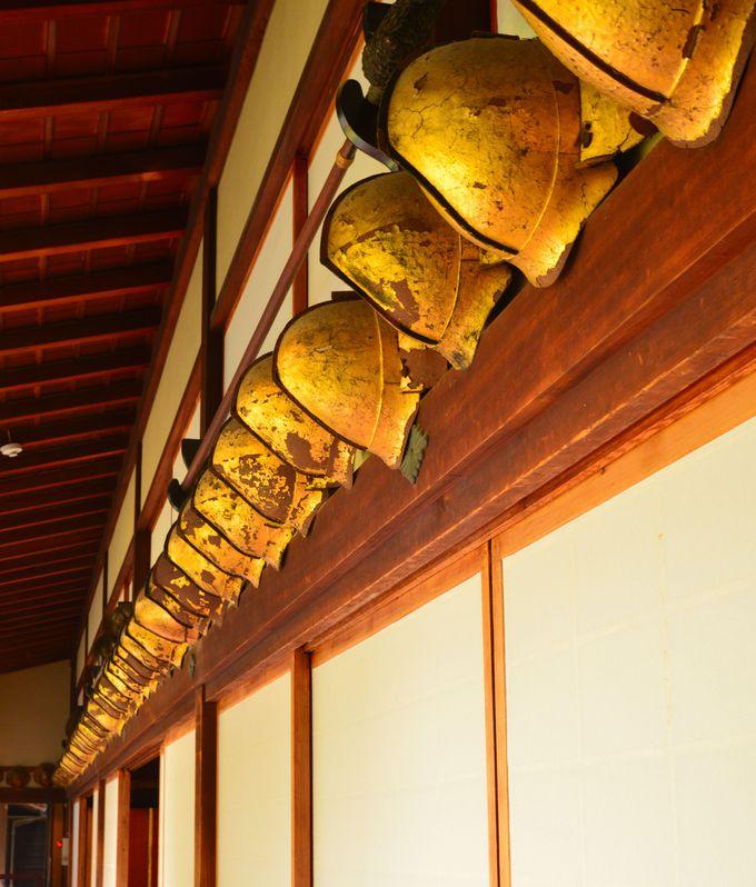 和館に残るたくさんの兜には、今も金箔の輝きが