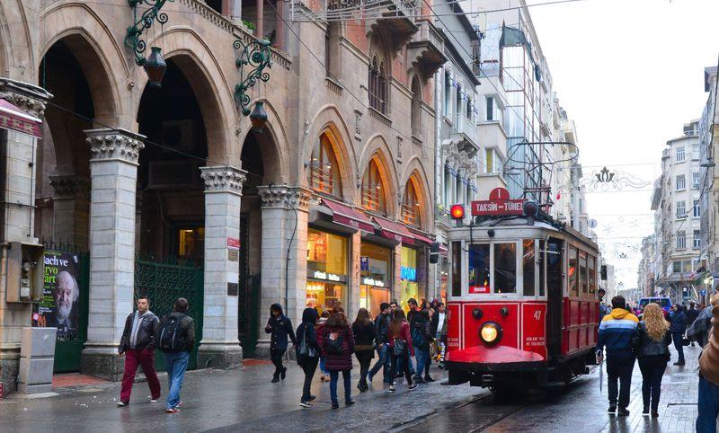 レトロな電車に食べ歩き!イスタンブール・イスティクラル通りは楽しみがいっぱい