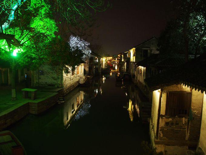 提灯がともる石畳の細道、夜はやっぱり美しい!