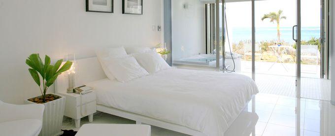 大人のための贅沢空間、ホワイトカラーの客室で心からの安らぎを