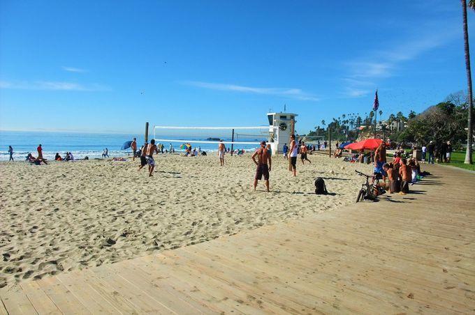 ビーチに降りても、坂の上から眺めても絶景!ゴミ一つない美しいビーチ