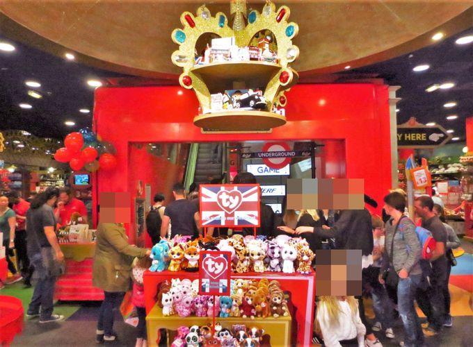 入り口からワクワク感溢れる、7階構造の巨大おもちゃ箱