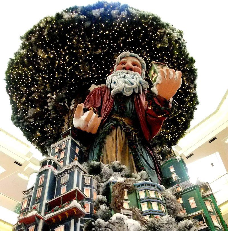 巨大サンタ出現!カリフォルニア「サウス・コースト・プラザ」で楽しむクリスマス