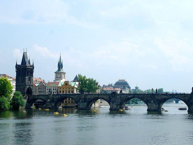 伝説を持つ美橋「カレル橋」