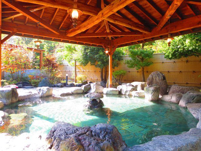 木組みと植栽が美しい露天風呂