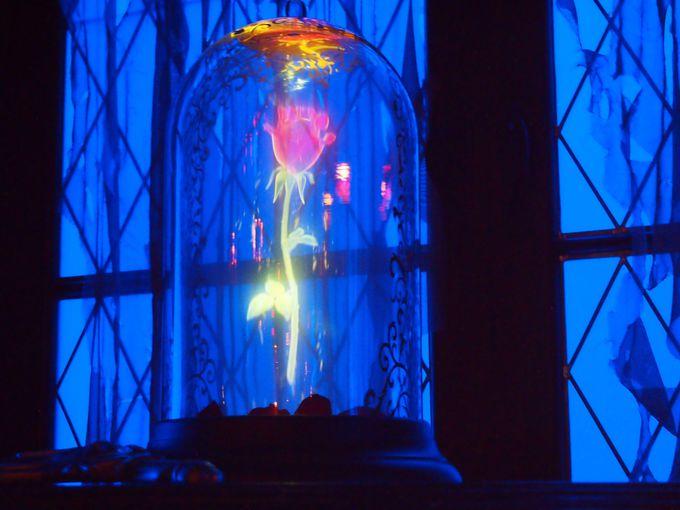 魔法のバラが闇に浮かぶ「西の塔」