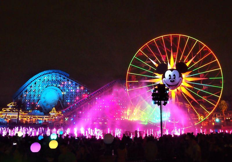 カリフォルニア・ディズニーランド「ワールド・オブ・カラー」世界最大級の水と光の魔法!