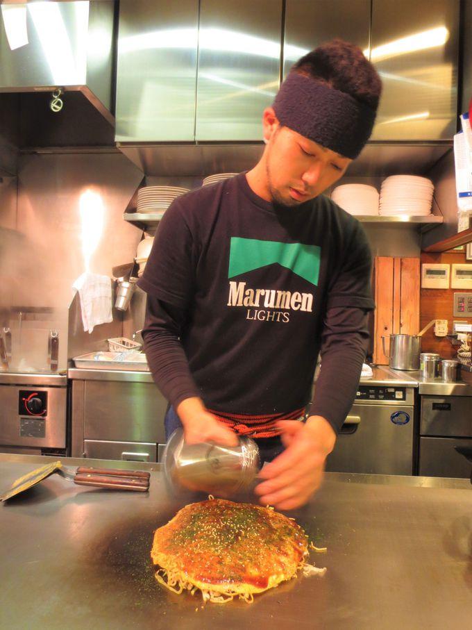製麺工場の2階にあるお好み焼き屋「お好み焼き まるめん本店」