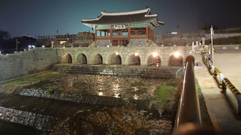 夕方から楽しむ!韓国・京畿道の世界遺産「水原華城」のライトアップ