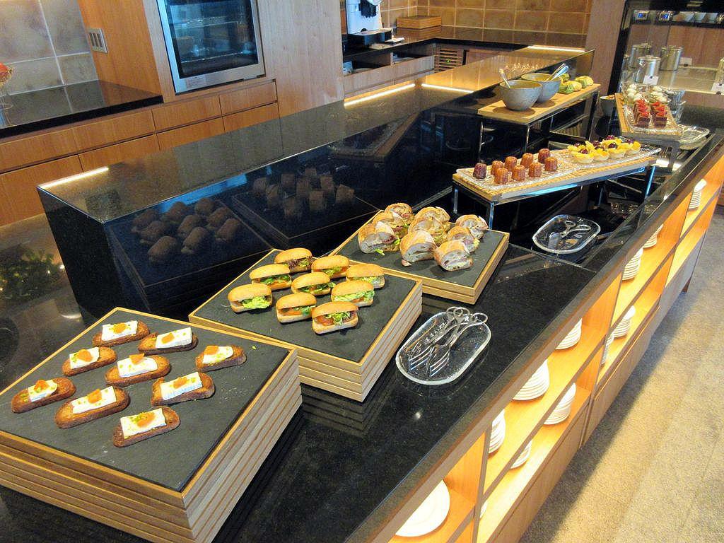 ホテルメイドの小菓子をのんびりと窘めるアフタヌーンティー