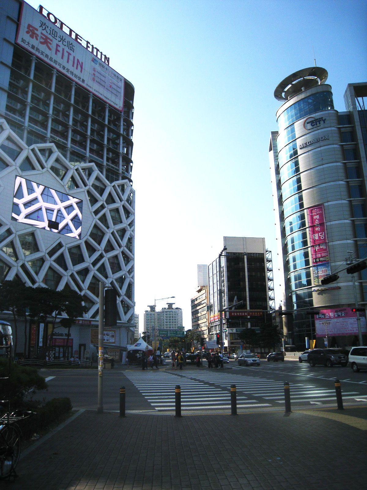 ホテル周辺には、ファッションビルやレストランがいっぱい!