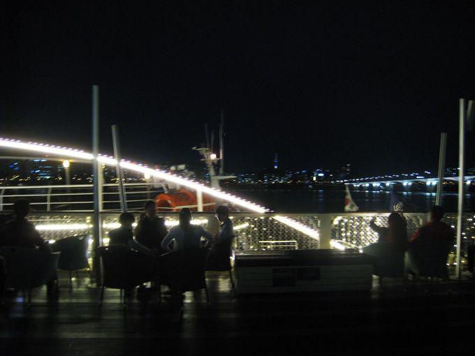 おススメは2階のオープンデッキから見る夜景