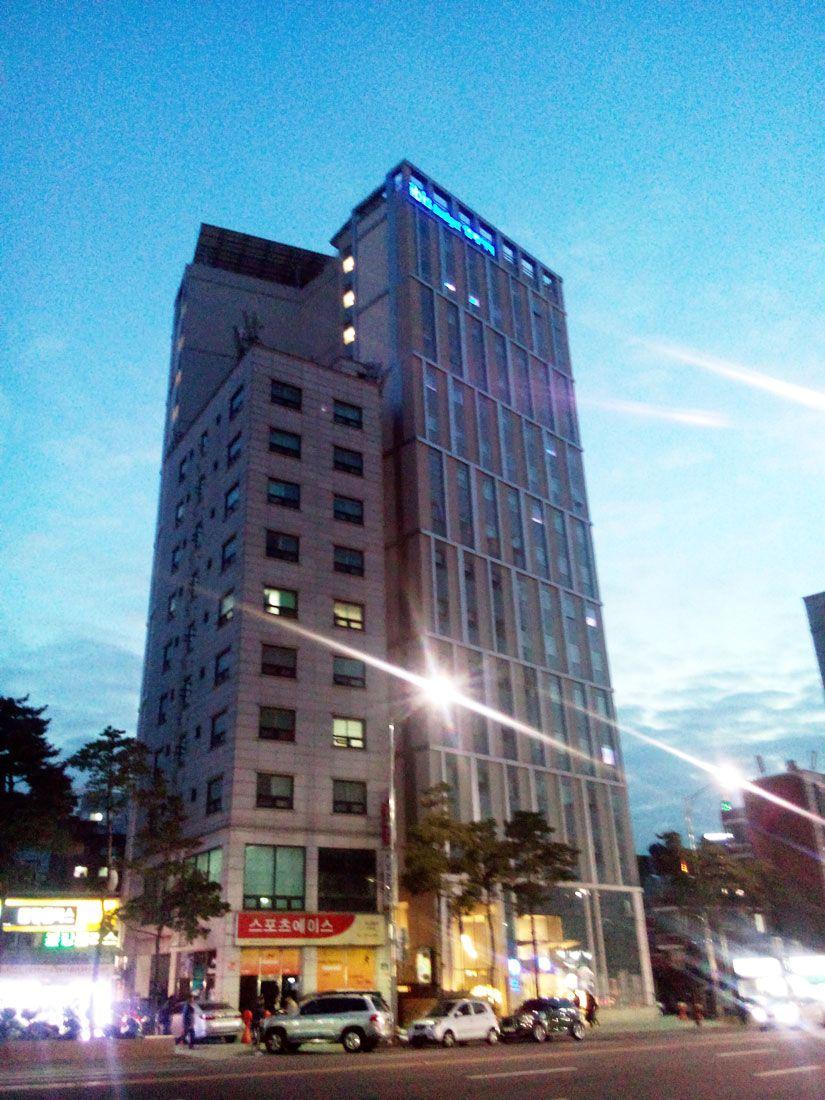 駅の出入口、リムジンバスの停留所も目の前!ブルーを基調としたホテル