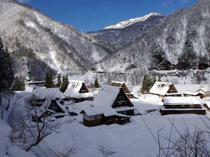 山に抱かれ、寄り添うように建つ合掌造りの家々