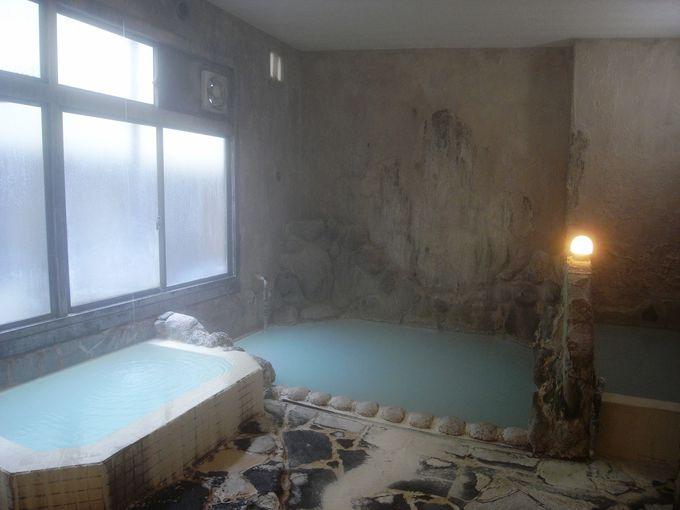 濃厚な湯の花で床も壁も真っ白!